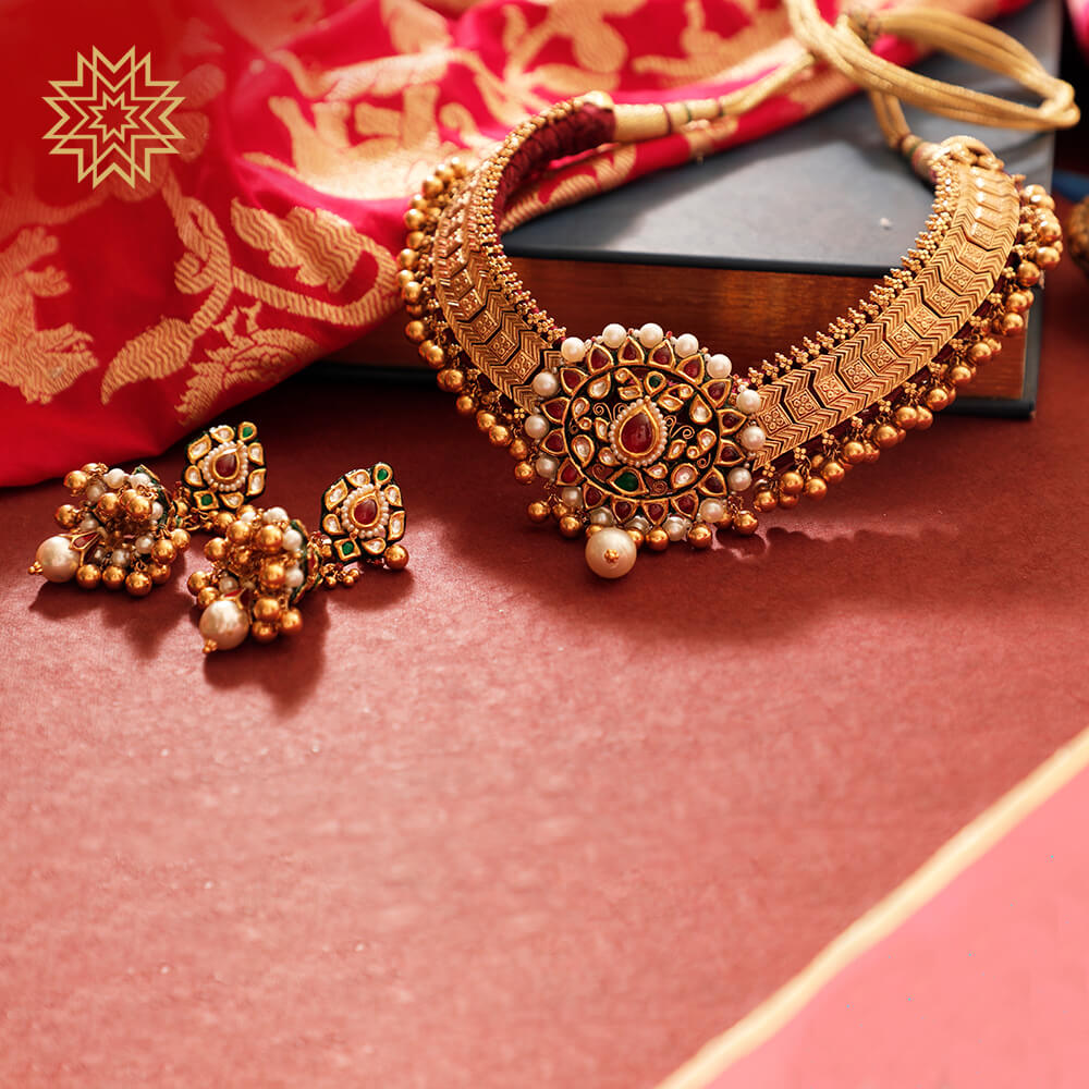 A golden canvas for delicate pearls