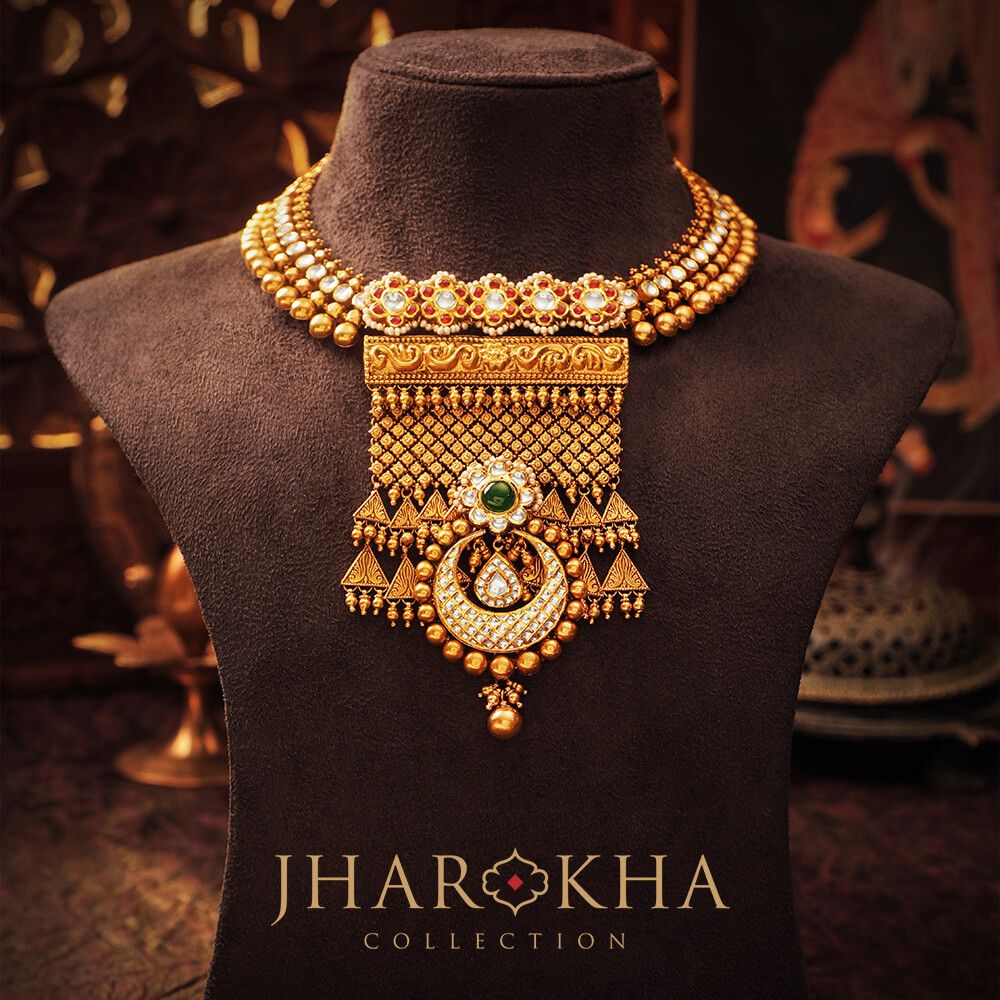 An astounding jharokha piece inspired from the royal Rajput palatial murals. Set up in gold, the diamond and kundan work makes it look absolutely magnificent!