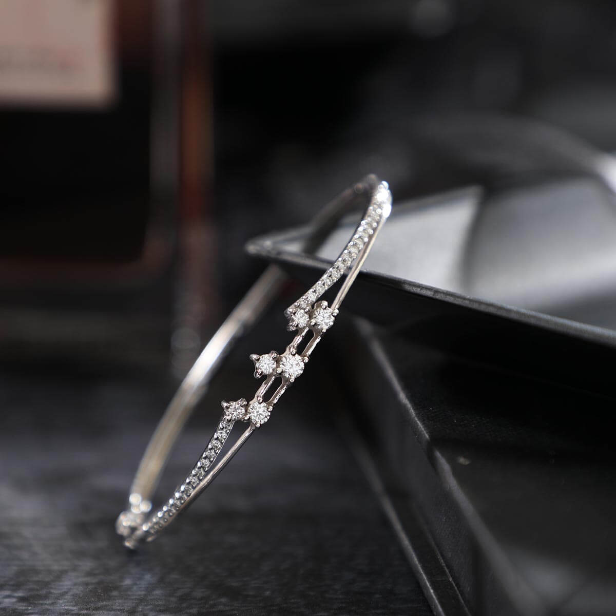 Wrap this delicate and gleaming diamond bracelet on your wrists ??